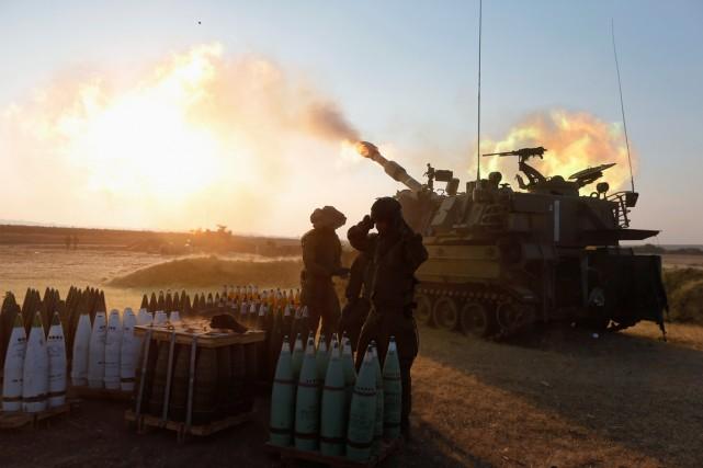 Une unité d'artillerie mobile israélienne tire sur la... (Photo Nir Elias, Reuters)