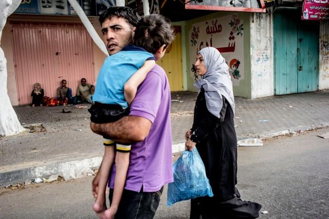 Une famille, fuyant les combats, a trouvé refuge... (PHOTO MARCO LONGARI, AGENCE FRANCE-PRESSE)