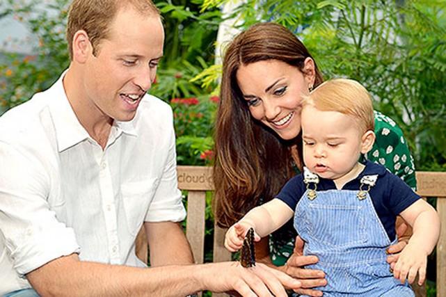 Le prince George entouré par ses parents, le... (Photo John Stillwell)