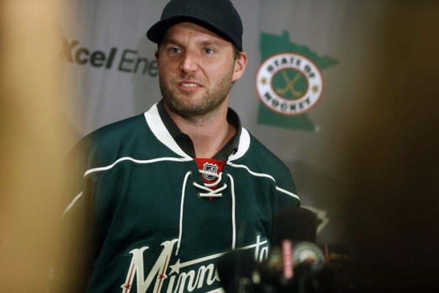 Thomas Vanek portant l'uniforme de sa nouvelle équipe,... (Photo: AP)