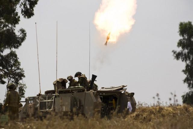 Un char israélien, positionné à la frontière avec... (PHOTO AMIR COHEN, REUTERS)