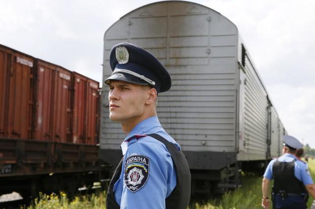 Le train transportant les corps des passagers du... (PHOTO GLEB GARANICH, REUTERS)