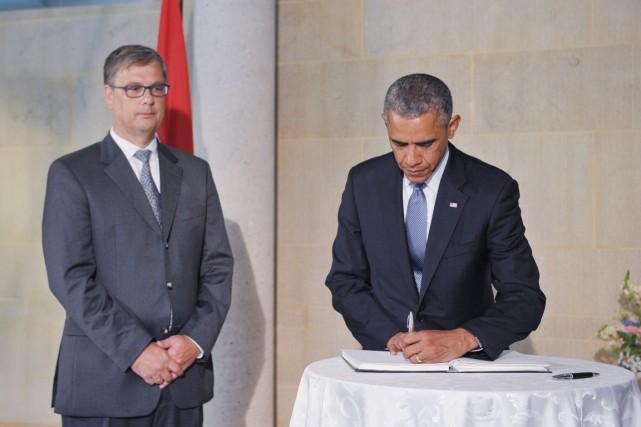 Après avoir signé le livre de condoléances installé... (PHOTO MANDEL NGAN, AFP)