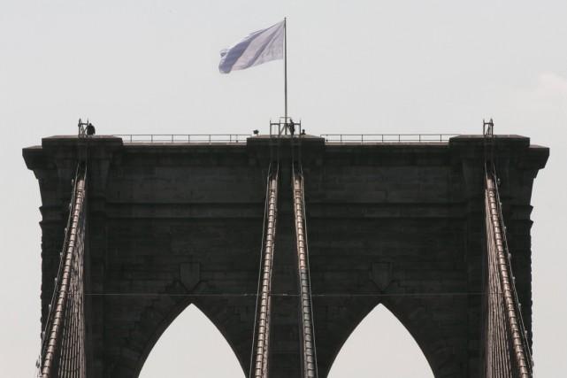 Deux drapeaux des États-Unis sur le pont de... (Photo Richard Drew, AP)