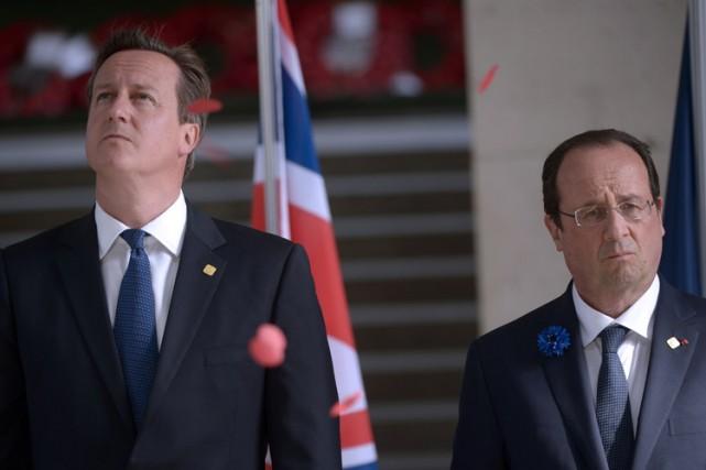 David Cameron et François Hollande lors d'une cérémonie... (Photo: AFP)