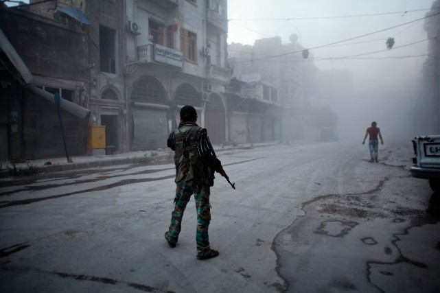 Un rebelle syrien... (Photo AHMED DEEB, archives AFP)