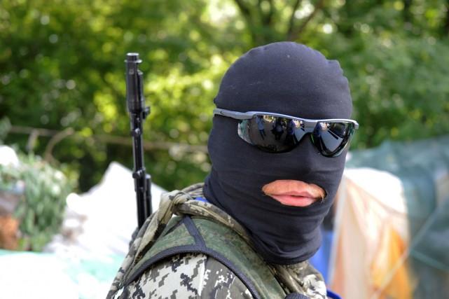 Un combattant prorusse monte la garde à Marinka,... (PHOTO DOMINIQUE FAGET, ARCHIVES AFP)