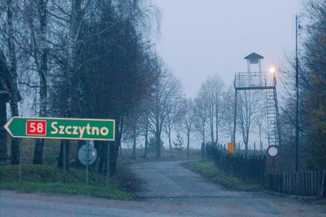 Une tour de contrôle surplombe le secteur où... (PHOTO CZAREK SOKOLOWSKI, ARCHIVES AP)