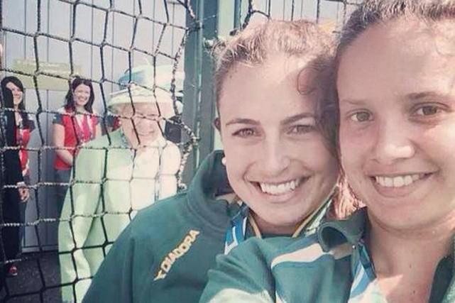 Deux joueuses de hockey sur gazon australiennes qui prenaient un «selfie» aux... (Photo tirée de Twitter)