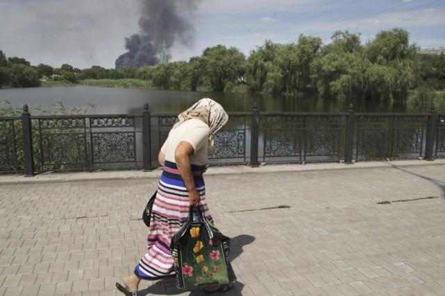 Une dame âgée se dépêche de traverser un... (PHOTO ALEXANDER ERMOCHENKO, ARCHIVES AP)