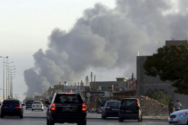 Des combats ont eu lieu près de l'aéroport... (PHOTO MAHMUD TURKIA, AGENCE FRANCE-PRESSE)