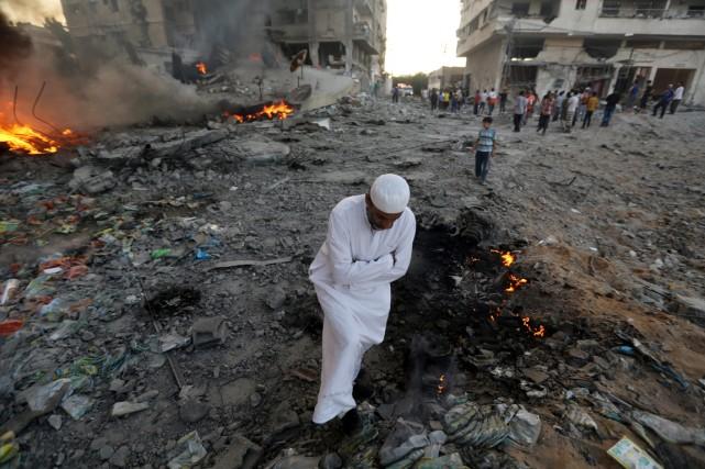 Un homme traverse des décombres après une frappe... (Photo Hatem Moussa, Associated Press)