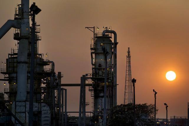 Les cours du pétrole reculaient lundi en fin d'échanges européens, pénalisés... (PHOTO ARCHIVES BLOOMBERG)