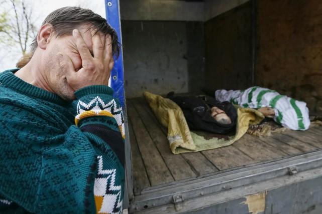 Un homme fond en larmes en voyant les... (PHOTO GLEB GARANICH, ARCHIVES REUTERS)