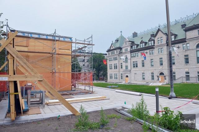 Futurs jardins de l 39 h tel de ville qu bec la cage horloge prend forme val rie gaudreau for Abri de jardin quebec
