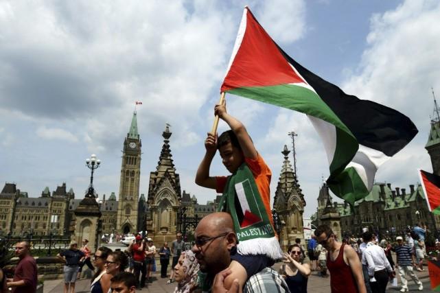 Des manifestants demandant au Canada de défendre les... (PHOTO SEAN KILPATRICK, PC)