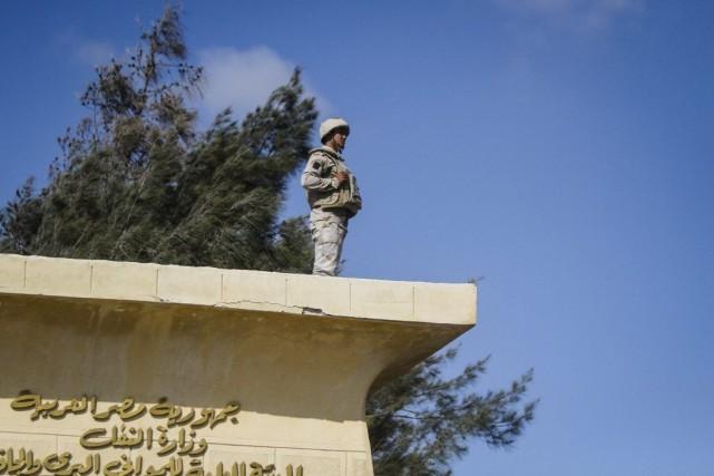 Un soldat égyptien monte la garde à la... (PHOTO MOHAMED EL-SHAHED, ARCHIVES AFP)
