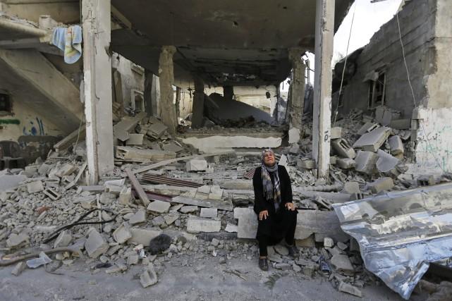 Une femme palestinienne pleure à Beit Hanoun près... (Photo Lefteris Pitarakis, AP)