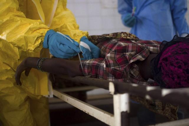 Des médecins font une prise de sang sur... (Photo archives Reuters)