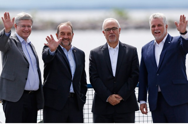 Stephen Harper, Denis Lebel, Premier Philippe Couillard et... (PHOTO MATHIEU BÉLANGER, ARCHIVES REUTERS)