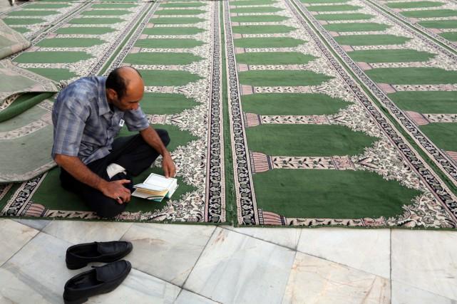 Un homme prie dans une mosquée de Téhéran,... (Photo AFP)