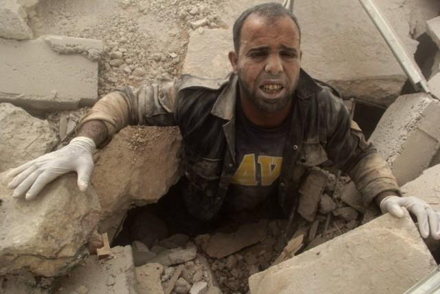 Un homme s'est retrouvé sous des débris après... (PHOTO REUTERS/STRINGER)