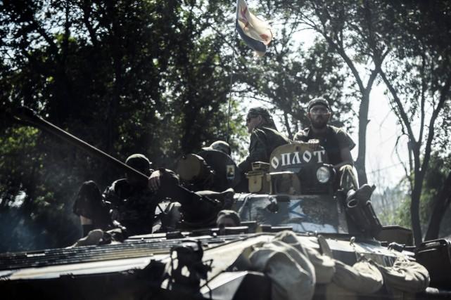 Des combattants prorusses dans la région deDonetsk, dimanche.... (PHOTO BULENT KILIC, AFP)