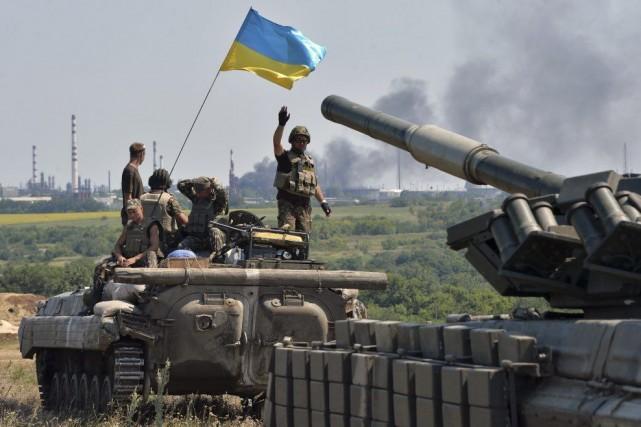 Un convoi de l'armée ukrainienne se dirige vers... (PHOTO GENYA SAVILOV, AFP)
