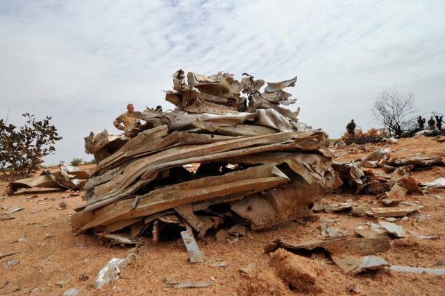 Les débris du vol AH5017 qui s'est écrasé... (PHOTO SIA KAMBOU, ARCHIVES AGENCE FRANCE-PRESSE)