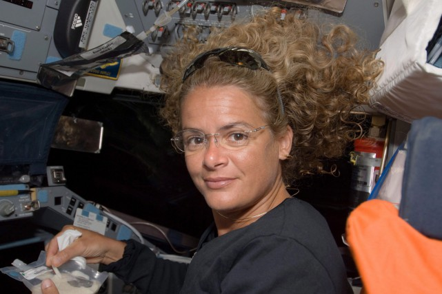 Julie Payette à bord de la navette Endeavour... (PHOTO ARCHIVES NASA)
