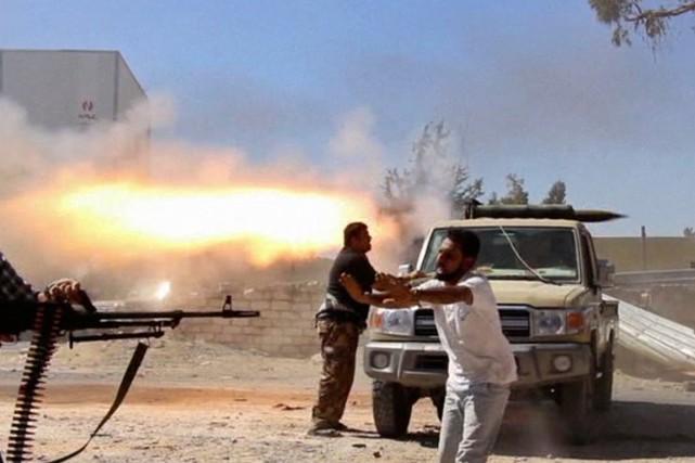 À Tripoli, les combats font rage entre milices... (IMAGE TIRÉE D'UNE VIDÉO)