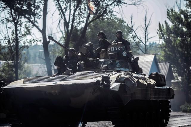 Des rebelles prorusses patrouillent dans le région de... (PHOTO BULENT KILIC, AGENCE FRANCE-PRESSE)