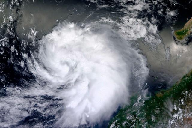 L'ouragan Hernan devrait perdre en intensité progressivement d'ici... (PHOTO FOURNIE PAR LA NASA)