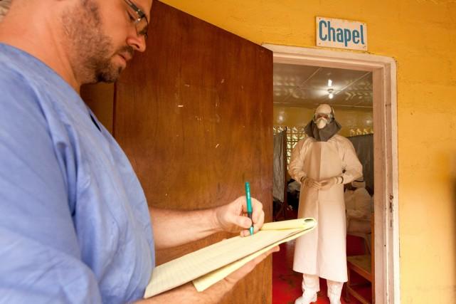 Le Dr Kent Brandly, à droite, lors d'une... (Photo fournier par Samaritan's Purse, archives Reuters)