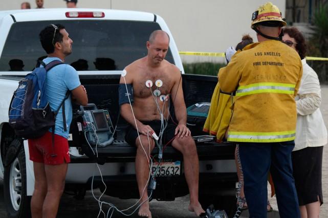 Un homme est traité après avoir été frappé... (Photo Jonathan Alcorn, Reuters)