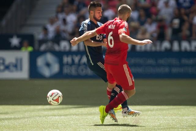 Pedro Morales des Whitecaps de Vancouver, à gauche,... (Photo Darryl Dyck, La Presse Canadienne)