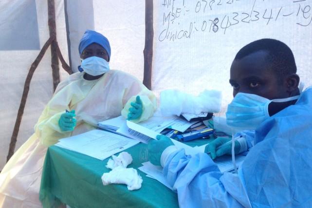 Du personnel médical procède à des tests sanguins... (Photo Umaru Fofana, archives Reuters)