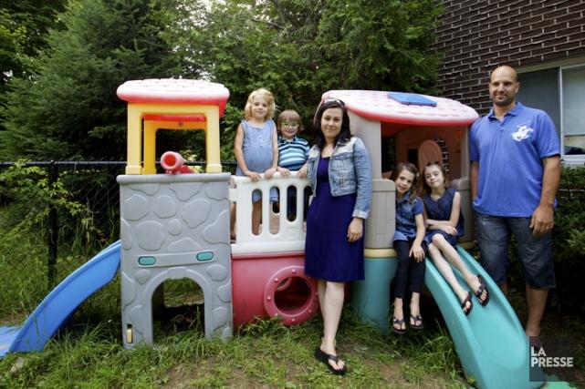 Annie-Claude Colmor et sa famille dans la cour... (Photo: Sarah Mongeau-Birkett, La Presse)