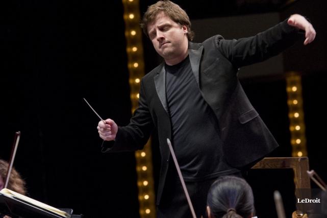 L'approche du chef de l'Orchestre de la Francophonie,... (Photo: Martin Roy, archives Le Droit)
