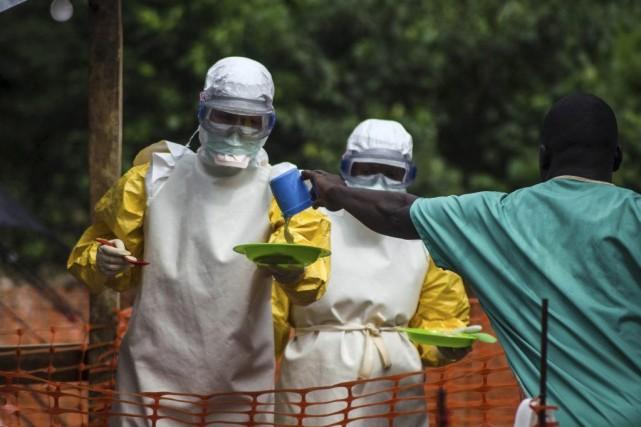 Des représentants de Médecins sans frontières apportent de... (PHOTP TOMMY TRENCHARD, REUTERS)