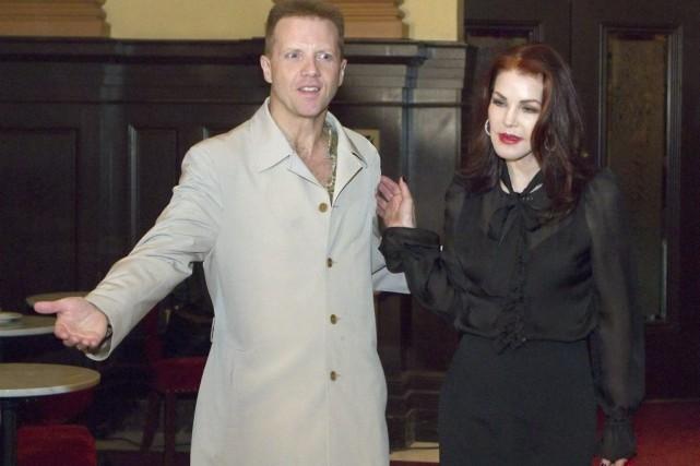Martin Fontaine en compagnie de Priscilla Presley.... (Photo: La Presse Canadienne)