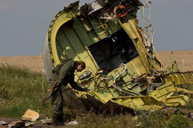 Un prorusse inspecte les décombres du de la... (Photo Vadim Ghirda, Associated Press)