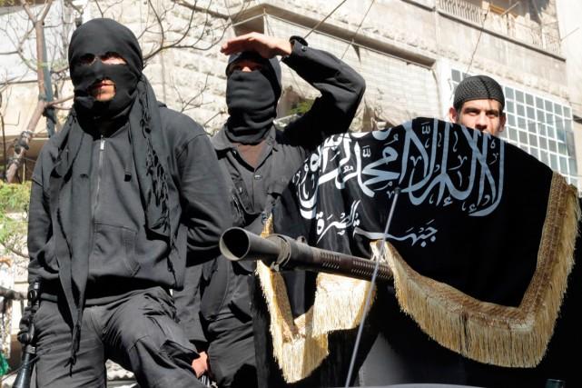 Des combattants du Front Al-Nosra.... (Photo KARAM AL-MASRI, ARCHIVES AGENCE FRANCE-PRESSE)