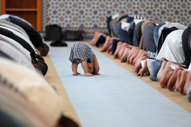 Des musulmans prient à la Grande Mosquée de... (Photo Vincent Kessler, archives Reuters)