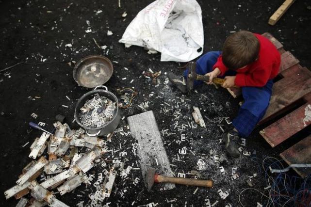 Un enfant dans un campement rom, à Triel-sur-Seine,... (Photo Benoit Tessier, Archives Reuters)