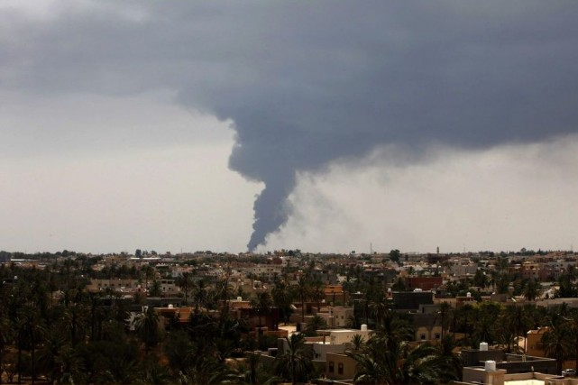 Des roquettes tirées durant les combats ont touché... (PHOTO ISMAIL ZITOUNY, REUTERS)