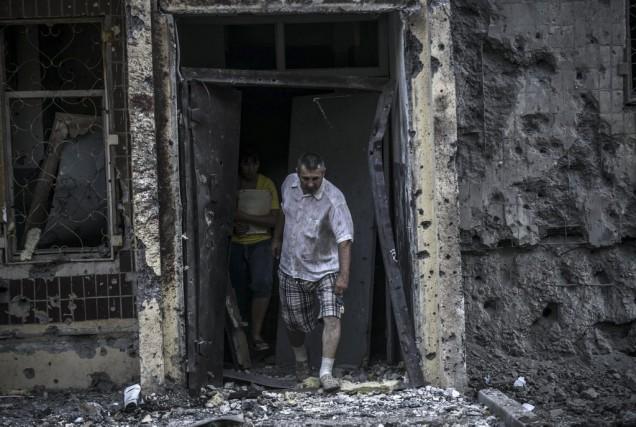 À Donetsk, de fortes explosions ont été entendues... (PHOTO BULENT KILIC, AFP)