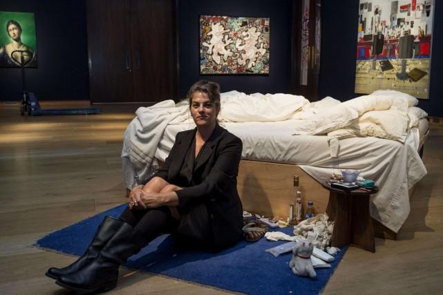 L'artiste Tracey Emin pose avec son oeuvre, Mon... (Photo: AFP)