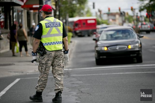 Les policiers portent le pantalon de camouflage pour... (PHOTO DAVID BOILY, ARCHIVES LA PRESSE)