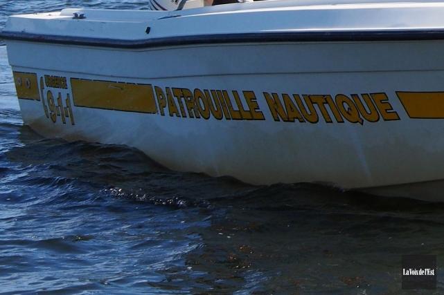 En soirée, mardi, les patrouilleurs nautiques et deux... (Photo Alain Dion, archives La Voix de l'Est)